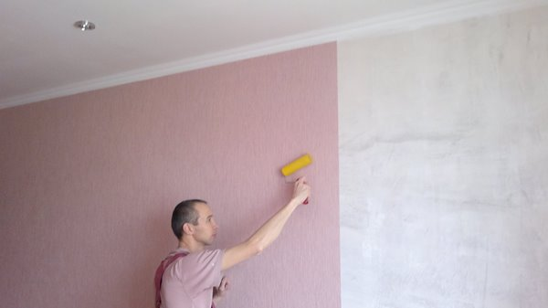 Поклейка обоев на покрашенную стену