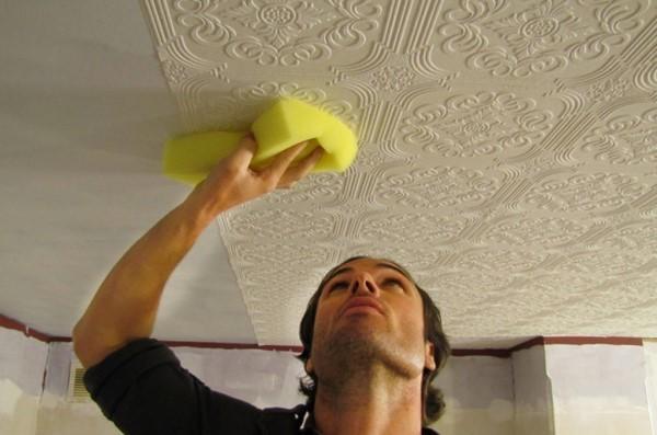 Как клеить виниловые обои на потолок