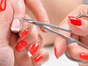 Обрезание кутикулы маникюрными ножницами